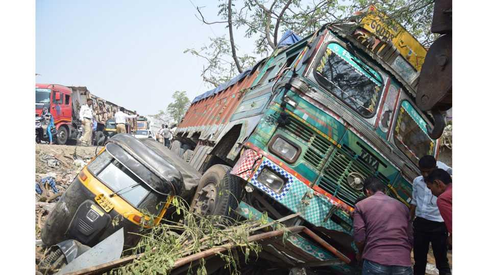 Jalgaon News Truck Car Accident Teacher Dies