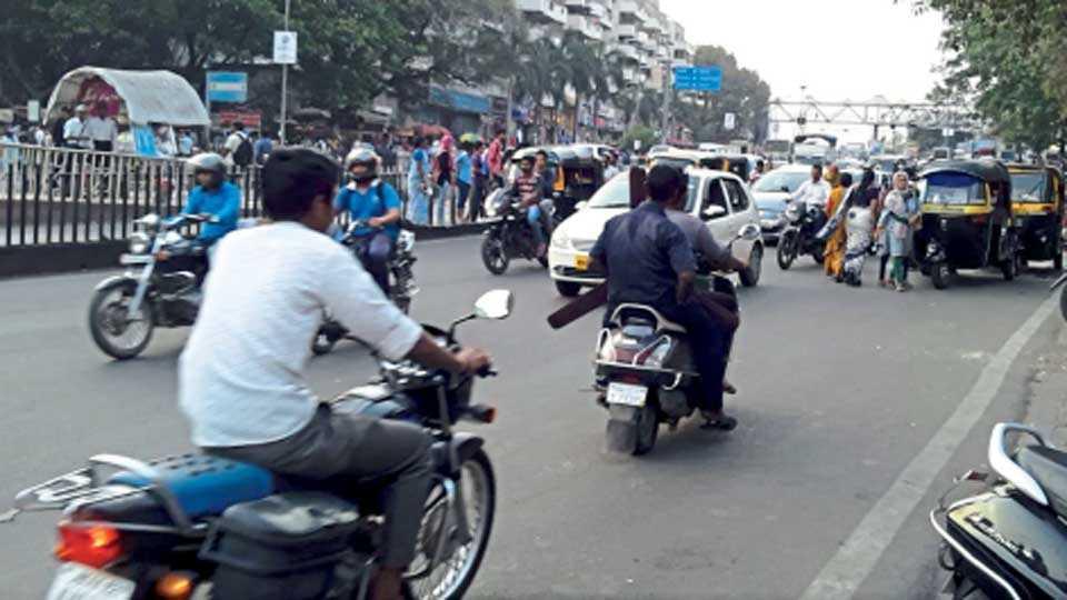 विश्रांतवाडी परिसरातील रस्ते धोकादायक ठरत असून, रस्ता ओलांडताना नागरिकांची गैरसोय होत आहे.