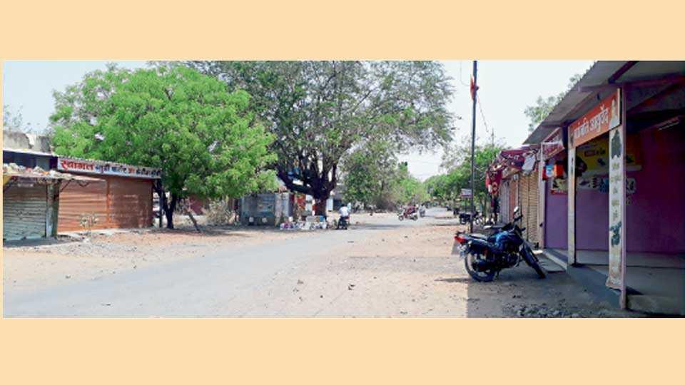 वालचंदनगर (ता. इंदापूर) - बंदमुळे गावात असलेला शुकशुकाट.