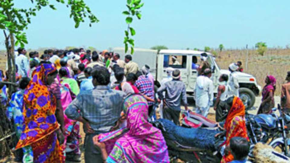 घटनास्थळी नागरिकांची झालेली गर्दी.