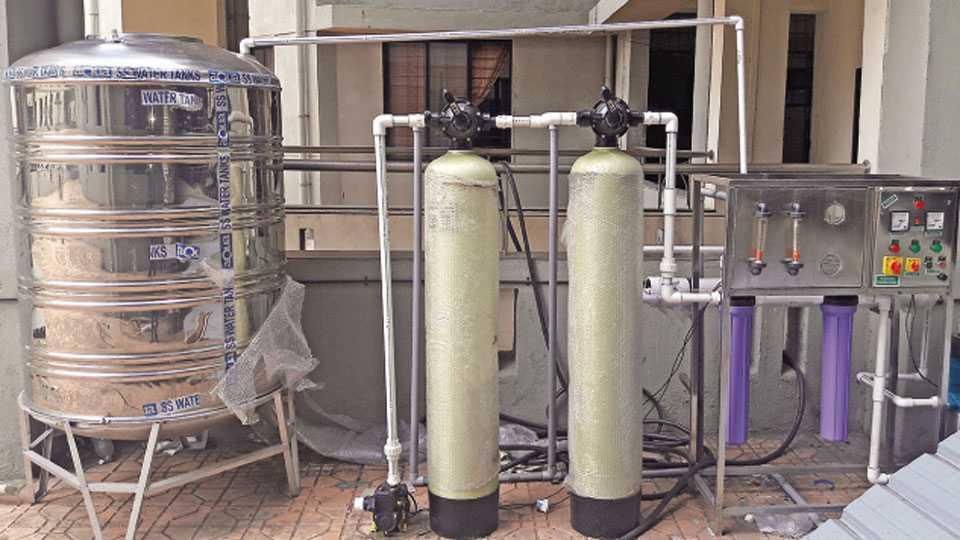 सांगली - प्रशासकीय इमारतीमध्ये वॉटर एटीएमची यंत्रणा येऊन पडली आहे.