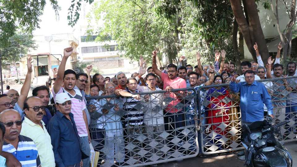In Aurangabad people locked the gate of the watercourse