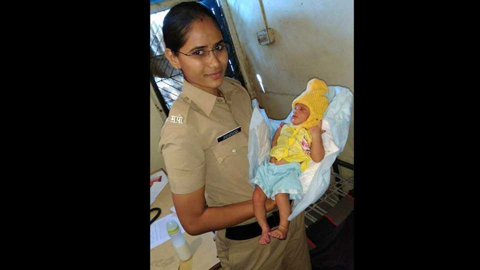 marathi news new born baby girl found