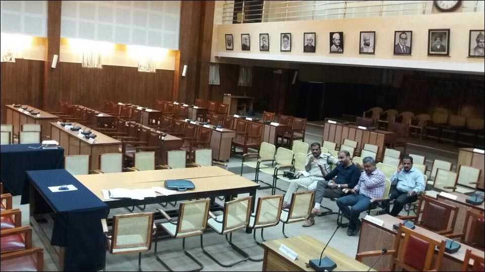 बेळगाव : आयूक्तांच्या प्रतिक्षेत सभागृहात बसलेले अधिकारी व बांधकाम व्यावसायिक.
