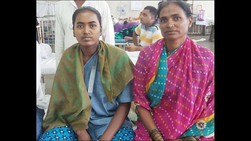 मुंबई : लोकमान्य टिळक रुग्णालयातून उपचार घेतल्यानंतर गावाकडे निघालेली दीपाली काळे आपल्या आईसोबत.