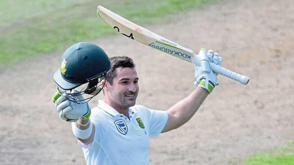 ड्यूनेडीन - दक्षिण आफ्रिकेचा डीन एल्गार न्यूझीलंडविरुद्ध पहिल्या कसोटीत बुधवारी शतकानंतर अभिवादन करताना.