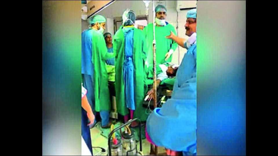 जोधपूर ः उमेद रुग्णालयातील शस्त्रक्रिया विभागात दोन डॉक्टरांमध्ये झालेली हमरीतुमरी.