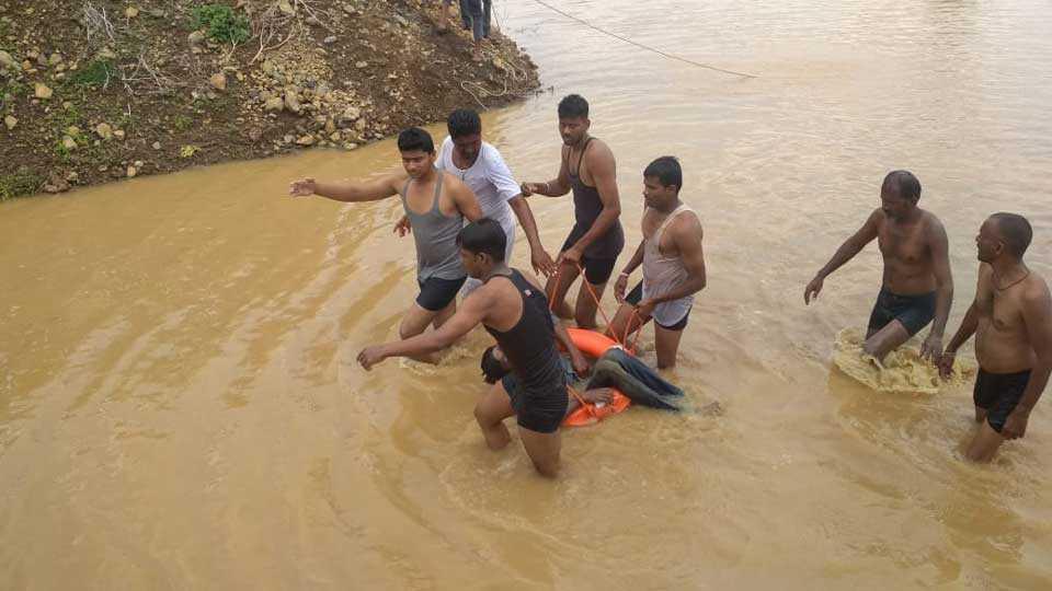Three people die drowning in lake