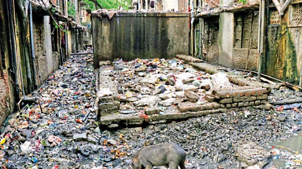 भाटनगर, पिंपरी - पाण्याच्या या टाकीमध्ये साठविले जाते दारूचे रसायन.