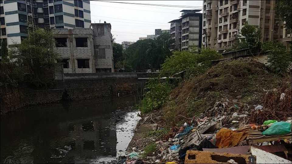 कल्याण पूर्व मध्ये नाले शेजारी टाकलेला कचरा.