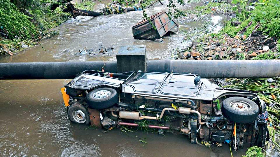 कोल्हापूर - पावसाने बुधवारी रात्री शहर परिसरास जोराचा तडाखा दिला. पावसामुळे शास्त्रीनगर येथे जीप आणि कचरा-कोंडाळा असा नाल्यात वाहून गेला.(नितीन जाधव ः सकाळ छायाचित्रसेवा)