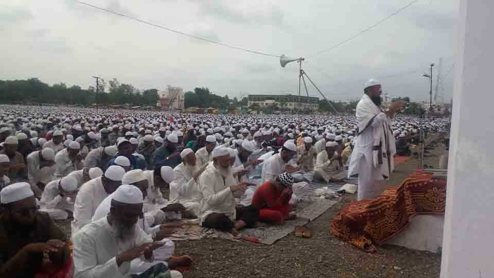 Fifty Thousand Muslim People Did Namaj Pathan For Rain At Malegaon