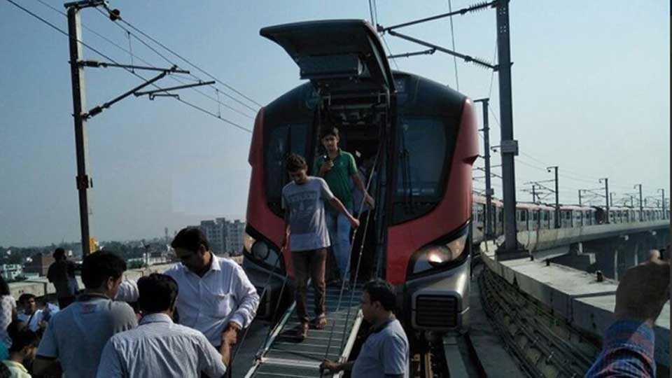 due to technical fault first day lucknow metro get stuck