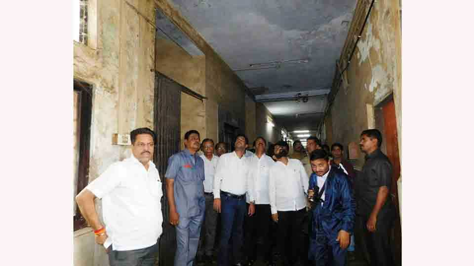 Sakal Impact Shiv Sena visited the government hospital of Ulhasnagar because of water leaky