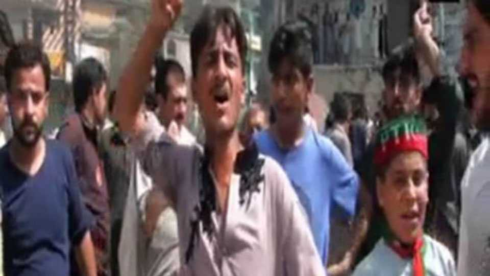azadi slogans raises against pakistan army and nawaz govt in pok