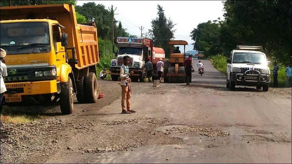 वाकण-पाली-खोपोली रस्त्यावरील खड्डे बुजविण्याचे काम सुरु