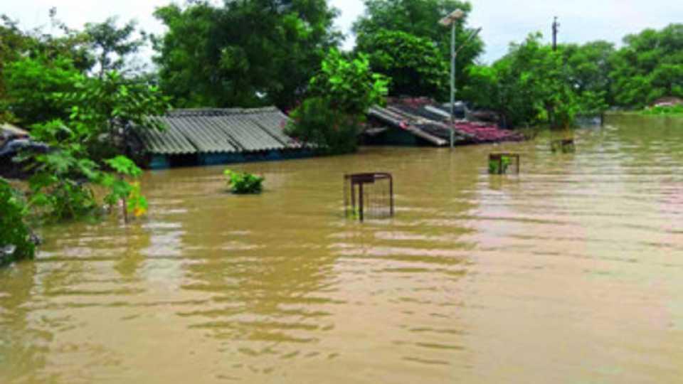 जवाहरनगर (भंडारा) : कोंढी येथील नवीन वस्तीत नाल्याचे पाणी शिरल्याने बुडालेली घरे.