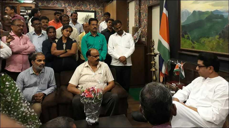 महाराष्ट्र नवनिर्माण राज्य परिवहन कामगार सेनेच्या पदाधिकाऱयांसोबत चर्चा करताना मनसे अध्यक्ष राज ठाकरे.