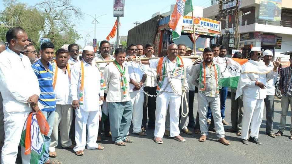 agitation for farmer loan waiver in Nashik