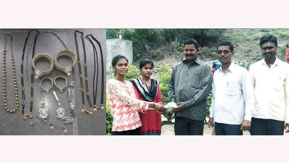 Jewelery worth One and half lakhs handed over to the owner at aashwi sangamner