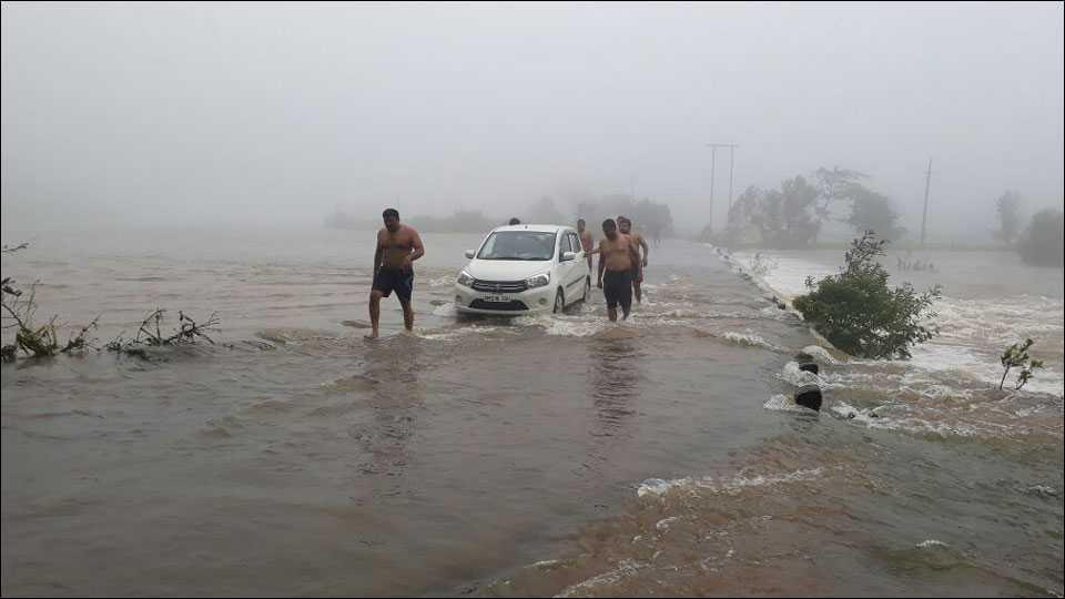 सावंतवाडीः पुलावर पाणी आल्याने सभापतीसह अधिकारी अडकले
