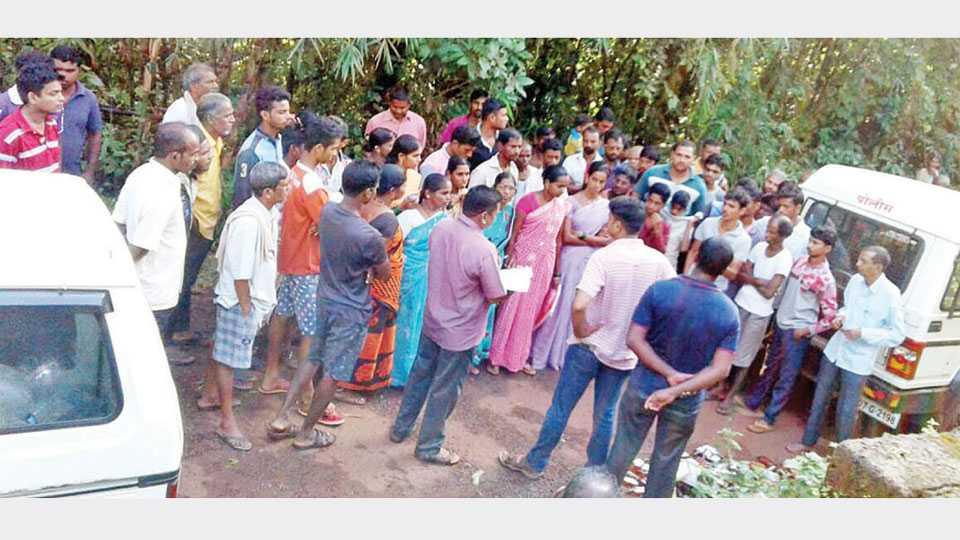 मालपे येथील गावठणवाडीत पोलिस आल्यानंतर स्थानिक ग्रामस्थांचा जमाव होता.