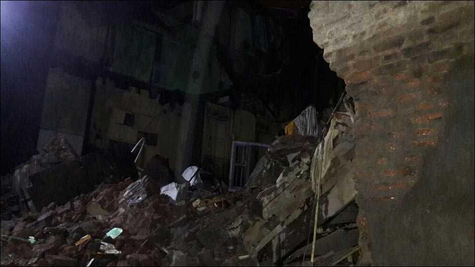 सोलापूर- संततधार पावसामुळे सोमवारी सायंकाळी नवी पेठ परिसरातील धोकादायक इमारत कोसळली.