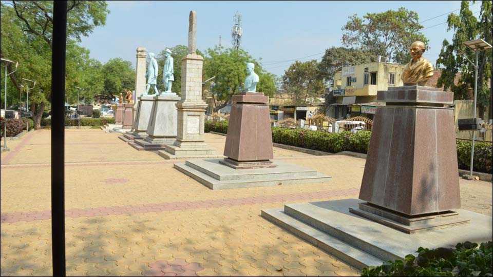 बार्शी येथील बागेत एकत्रित स्थापन केलेले पुतळे.