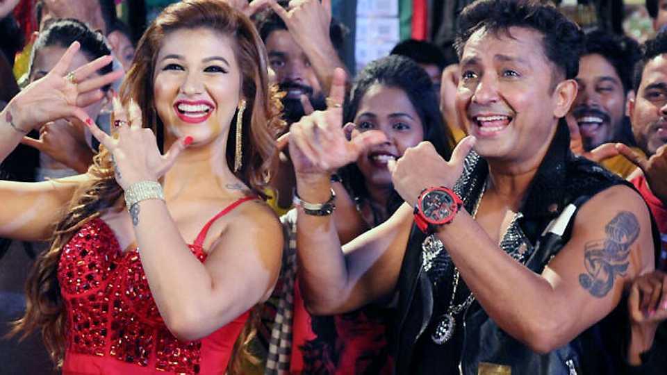 Sukhwinder Singh renders a Marathi song during the muhurat of film 'Raja'