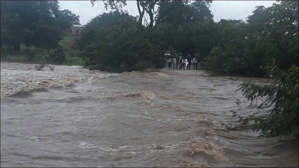 नगरः हंगा नदीला पुर आल्याने रस्ता सुमारे तीन तास बंद