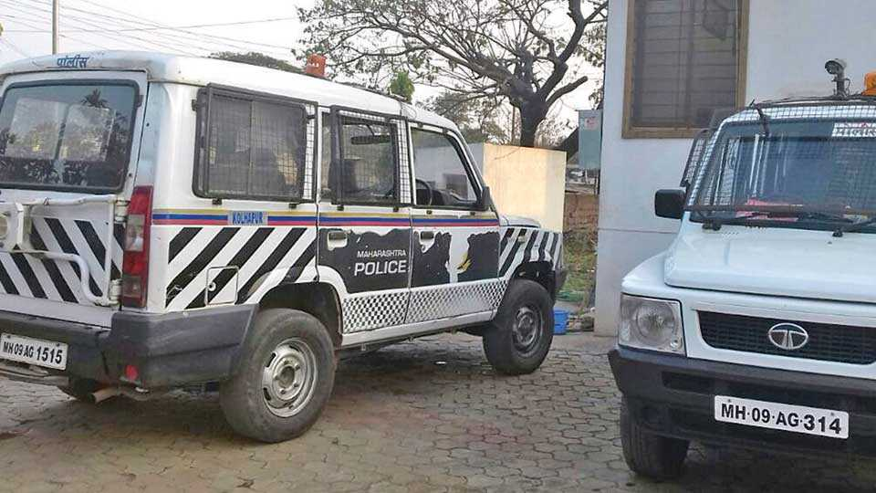 इचलकरंजी : पंपमालकाचे इंधनाचे बिल थकल्याने पुरवठा बंद केल्याने शहरातील पोलिस अधिकाऱ्यांची वाहने अशी ठाण्याच्या दारात लावली आहेत.