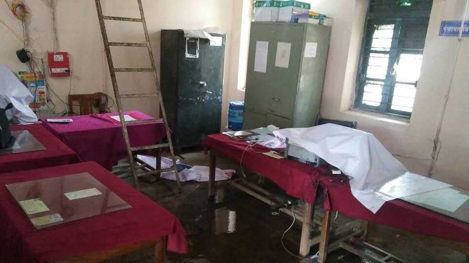 vardha news selu news rain water in panchayat office marathi news