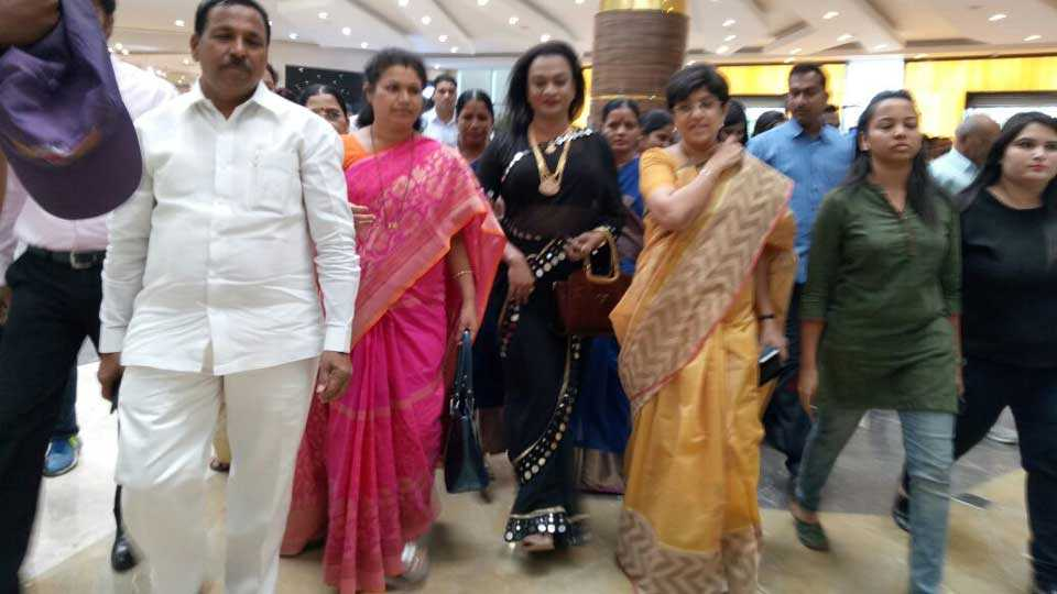 Transgenders welcomed in pune mall