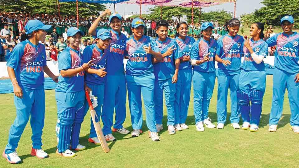 बेळगाव : पहिल्या टी-20 सामन्यात बांगला देशचा 8 गड्यांनी पराभव केल्यानंतर जल्लोष करताना भारतीय संघ.