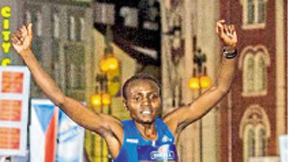 प्राग - केनियाच्या जॉयसिलीन जेपकोस्गेई हिने दहा किमी रोड रेसमध्ये विक्रमी वेळ नोंदविली तो क्षण.