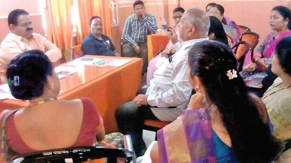 नागोठणे - प्राथमिक आरोग्य केंद्रात वैद्यकीय अधिकारी धर्मपाल शिंदे यांच्याशी आरोग्य सुविधांबाबत चर्चा करताना तनिष्का सदस्या. (छायाचित्र : महेश पवार)