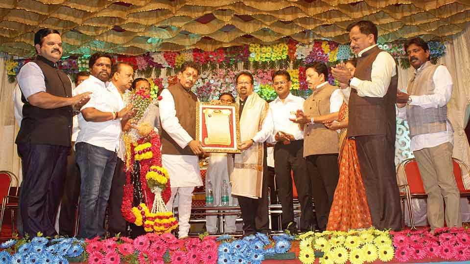 कणकवली -येथील वैश्य समाज मेळाव्यात मुंबईचे महापौर विश्वनाथ महाडेश्वर यांना पुरस्कार प्रदान करताना पालकमंत्री दीपक केसरकर. (छायाचित्र : मिलिंद पारकर)