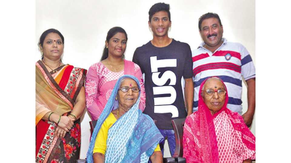कोल्हापूर - सतरा वर्षाखालील भारतीय फुटबॉल संघातील खेळाडू अनिकेत जाधव आपल्या कुटुंबियांसमवेत. शेजारी आई कार्तिकी, वडील अनिल, बहीण काजोल, आजी शालूबाई व सोनाबाई जाधव.