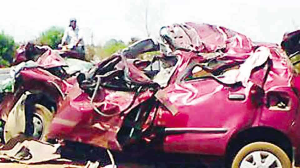 लाखनी - दुभाजकाला धडक दिल्याने क्षतिग्रस्त झालेली कार.