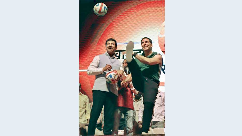 मानकापूर - फुटबॉलला किक मारून खास स्टाईलमध्ये क्रीडा महोत्सवाचे उद्घाटन करताना सुपरस्टार अक्षय कुमार, सोबत केंद्रीय क्रीडा राज्यमंत्री राजवर्धनसिंह राठोड.