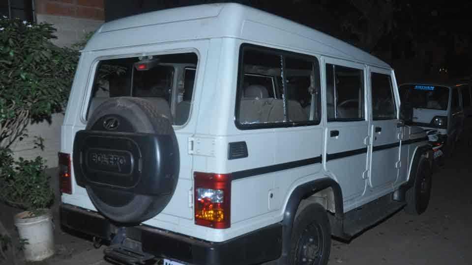 कोल्हापुर - संशयित प्रितम पाटील याच्या घरावर संतप्त नागरिकांनी दगडफेक केली. त्यात रस्त्यावर लावलेली पोलिसांची मोटारीच्याही काचा फुटल्या.