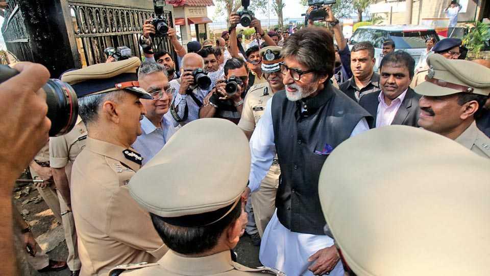 रस्ते सुरक्षा अभियानाचा झेंडा दाखविताना अमिताभ बच्चन याच्या हस्ते एनसीपीए येथे करण्यात आला.यावेळी गाडी कशी टो केली जाते याचे प्रत्यक्षिक दाखविण्यात आले.
