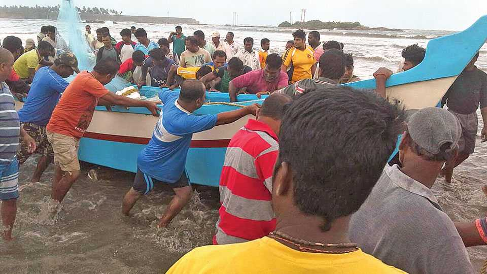 मालवण - सिंधुदुर्ग किल्ल्यानजीक सात वाव समुद्रात पलटी झालेली नौका बाहेर काढताना स्थानिक मच्छीमार.