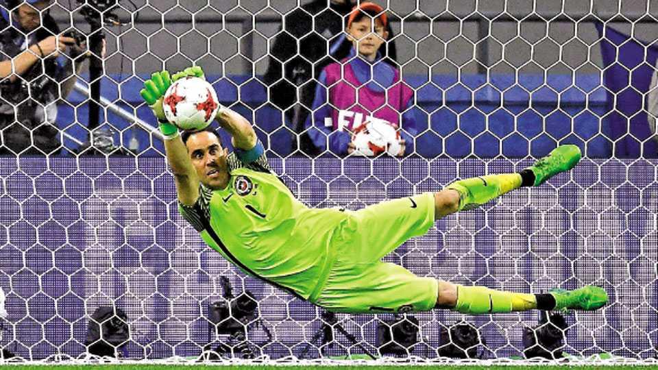 कझान - कॉन्फेडरेशन्स फुटबॉल स्पर्धेच्या उपांत्य फेरीत चिलीच्या विजयाचा शिल्पकार ठरलेला गोलरक्षक क्लाॅडिओ ब्राव्होने पोर्तुगालच्या क्वारेस्माची पेनल्टी किक शिताफीने अडवली.
