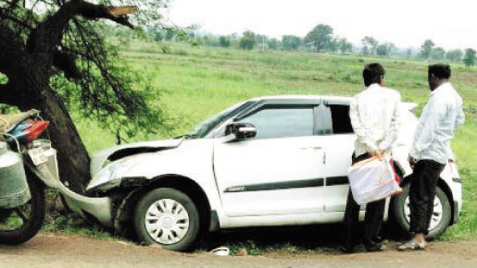टेकाडी - कन्हान-तारसा मार्गावर झाडाला धडक देणारी अपघातग्रस्त कार.