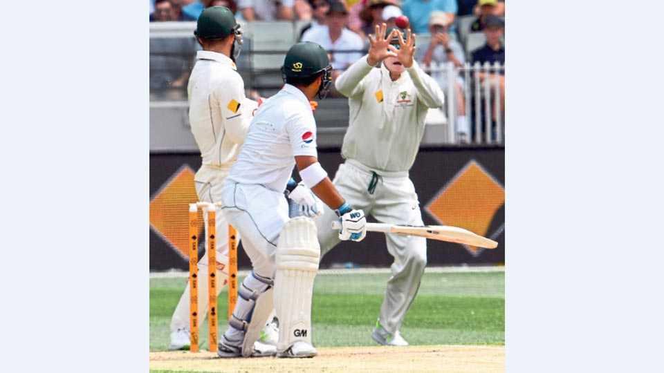 मेलबर्न - नॅथन लियॉनच्या गोलंदाजीवर पाकिस्तानच्या सामी अस्लम याचा ऑस्ट्रेलियाचा कर्णधार स्टिव्ह स्मिथ याने स्लिपमध्ये झेल पकडला.