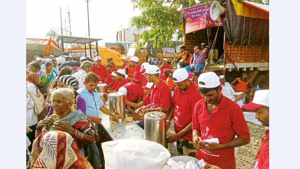 भंडीशेगाव - चहाच्या कपाचे वाटप करताना स्वयंसेवक.
