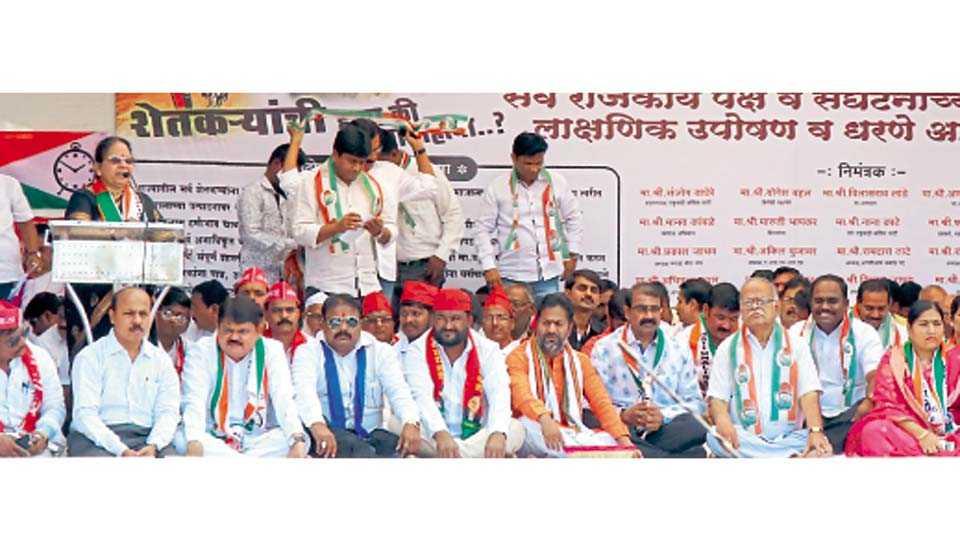 चिंचवड - भारतीय जनता पक्ष प्रदेश कार्यकारिणी बैठकीच्या पार्श्वभूमीवर विरोधी पक्षांच्या वतीने सुरू झालेल्या उपोषणास बुधवारी उपस्थित पदाधिकारी व नेते.