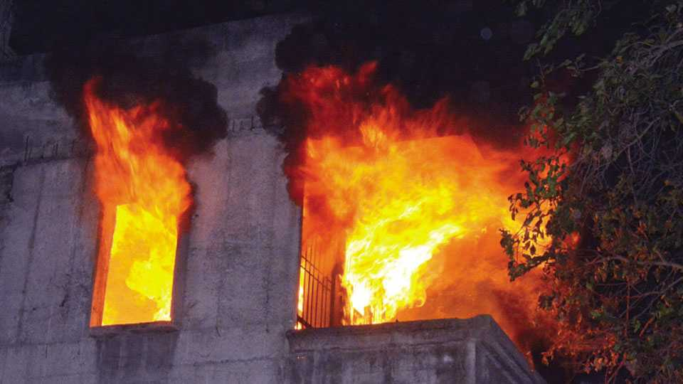 जळगाव - बळिरामपेठेतील ओक मंगल कार्यालयातील खोलीतून निघत असलेले आगीचे लोळ.