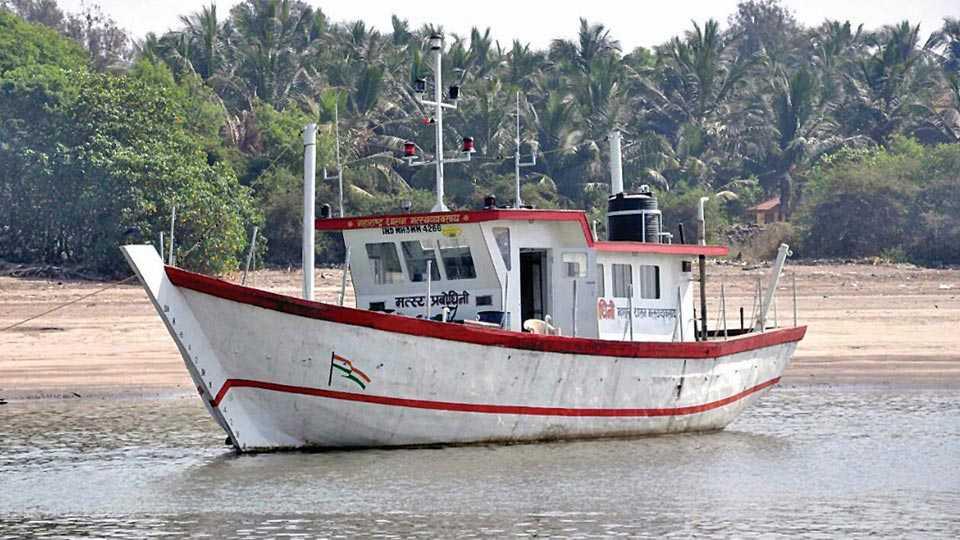 अलिबाग - शासनाने मत्स्यव्यवसायासाठी तयार केलेली आद्ययावत नौका.